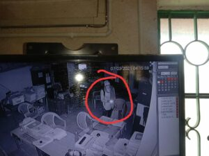 ডেবরায় আদর্শ কোভিড-বিধি মেনেই গ্রাম পঞ্চায়েত অফিস সাফ করল চোর! ধন্দে পুলিশ, দেখুন চোরের ছবি 2